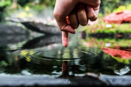 手指触摸池水